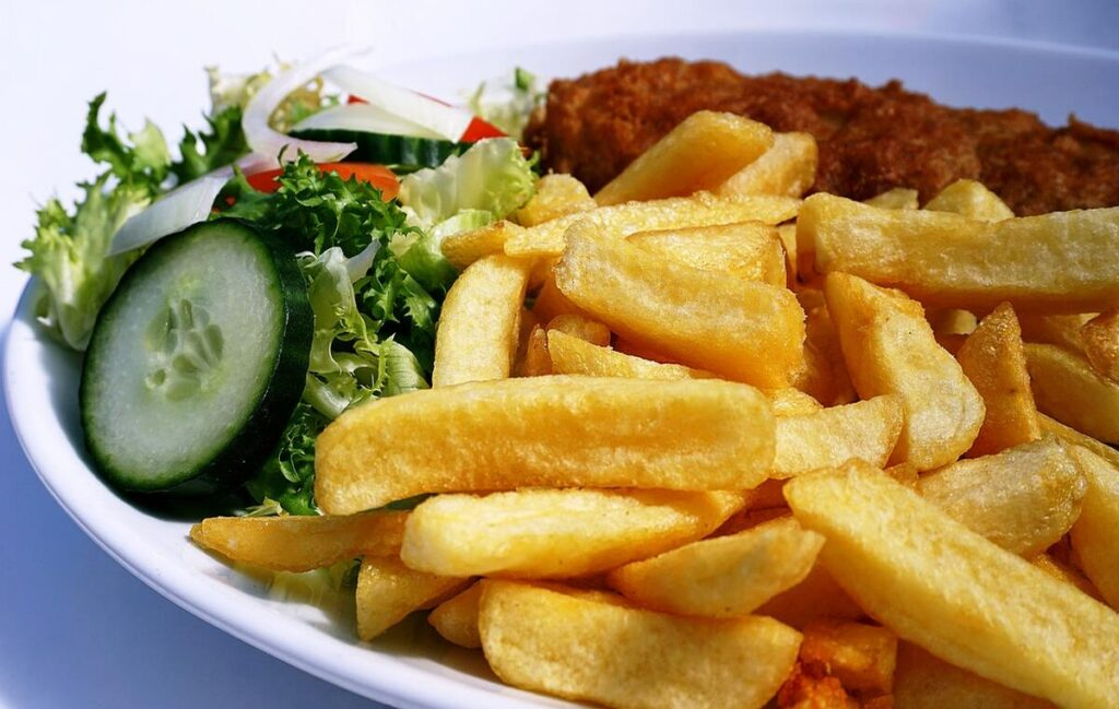 potatoes chips served in a plate with vegetables